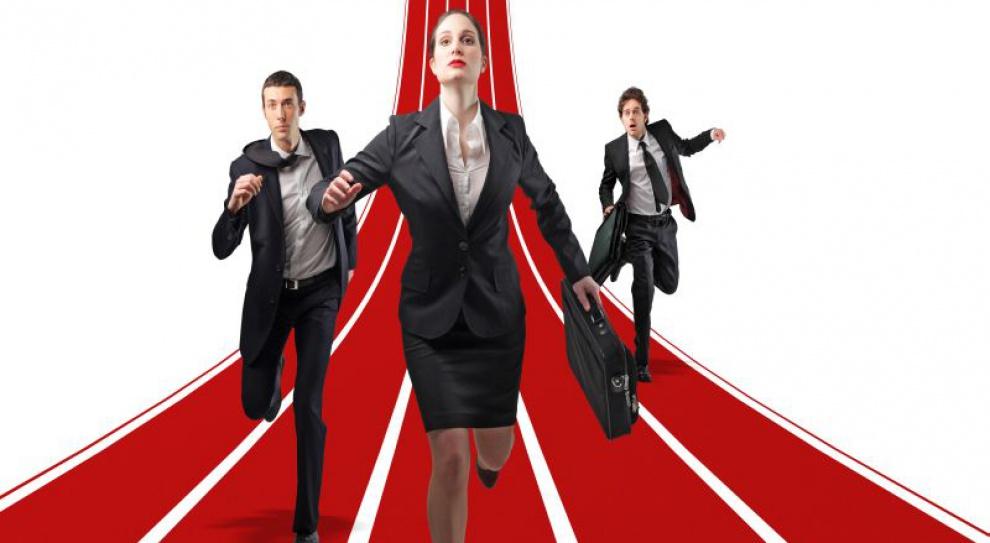 Jest ich więcej, ale zarabiają mniej: kobiety w administracji
