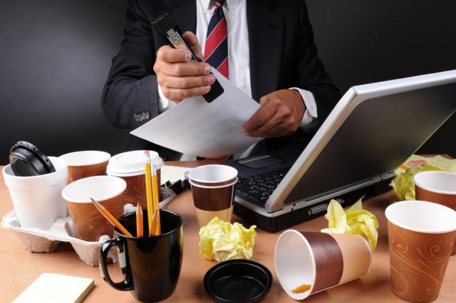 Drogi bałagan na firmowym biurku