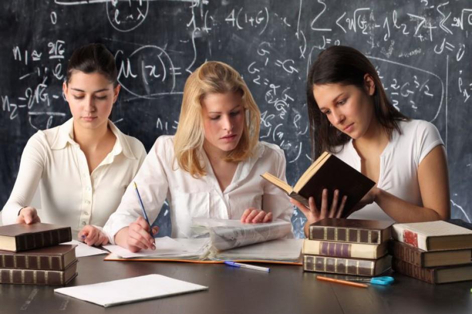 Nauczyciel na zlecenie w szkole publicznej