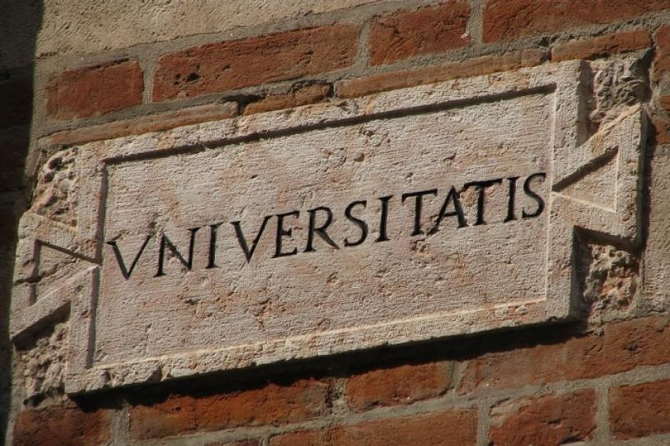 Szkoły wyższe zwalniają