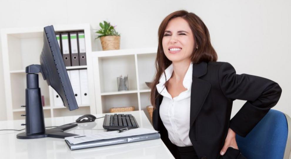 Laptop na biurku niezgodny z zasadami BHP