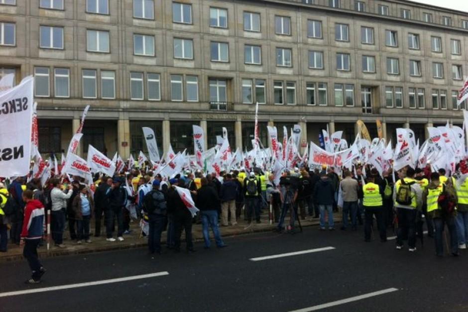 Związkowcy złożyli petycje w resortach gospodarki i pracy