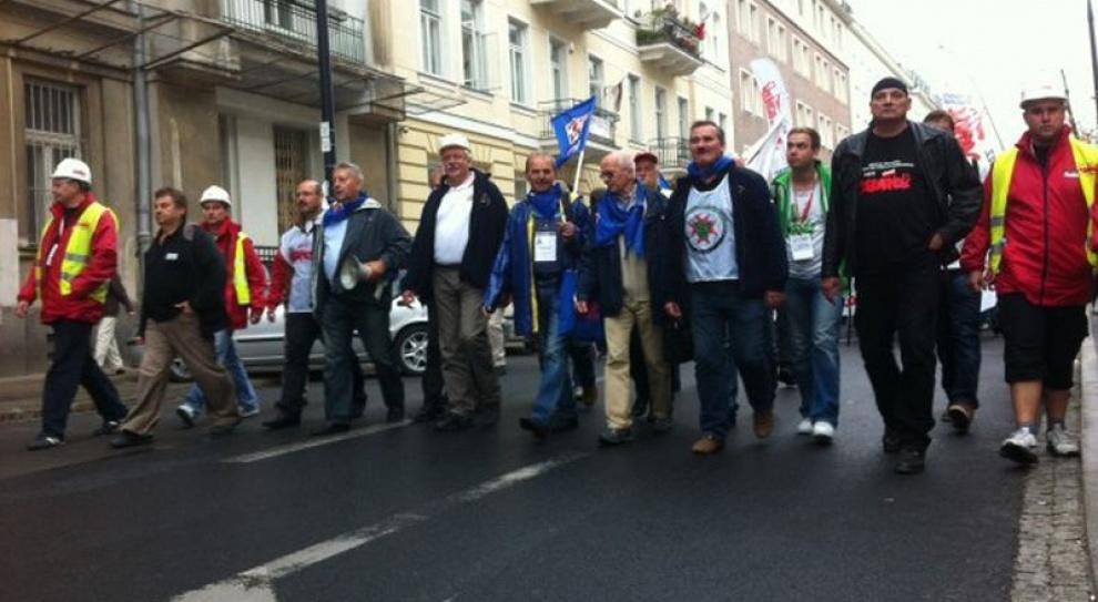 """""""Przyjechało więcej ludzi, niż się spodziewaliśmy"""". Związkowcy postawili namioty przed Sejmem"""