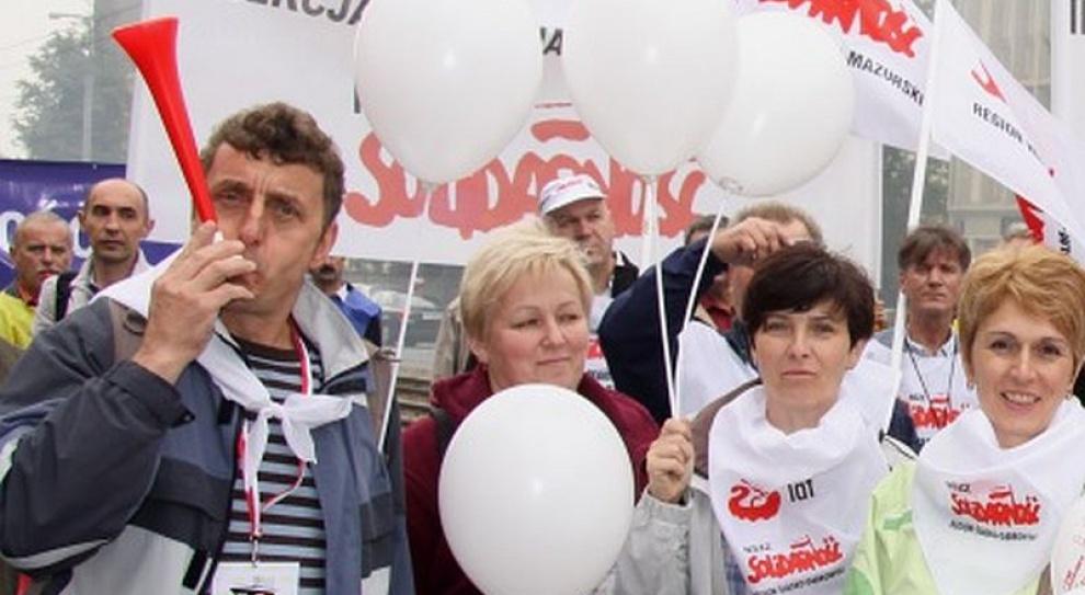 Związkowcy kolejowi protestowali przed siedzibą PKP PLK przeciw zmianom organizacyjnym
