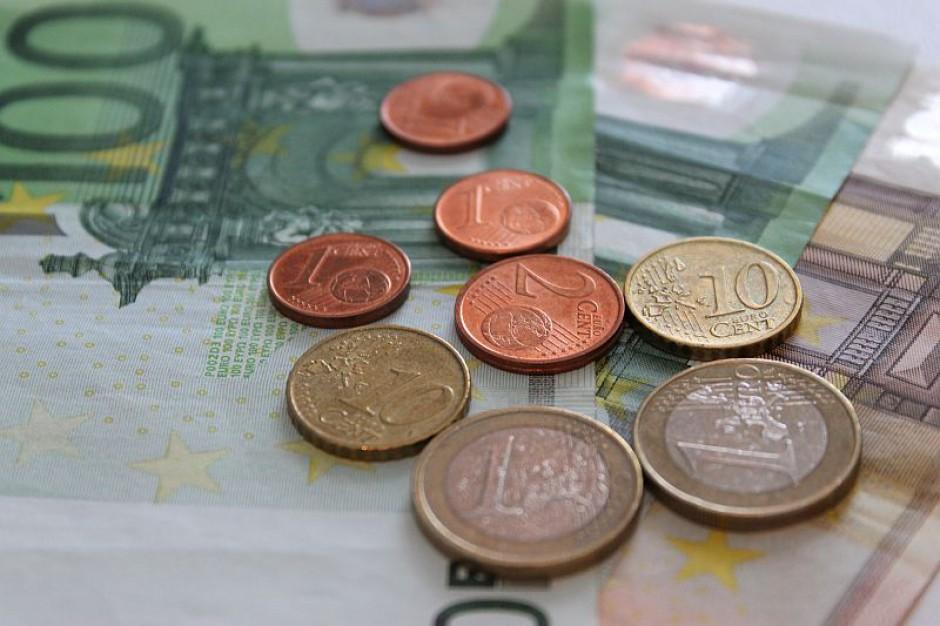 Świadczenia socjalne i pensje w sektorze publicznym we Francji zamrożone