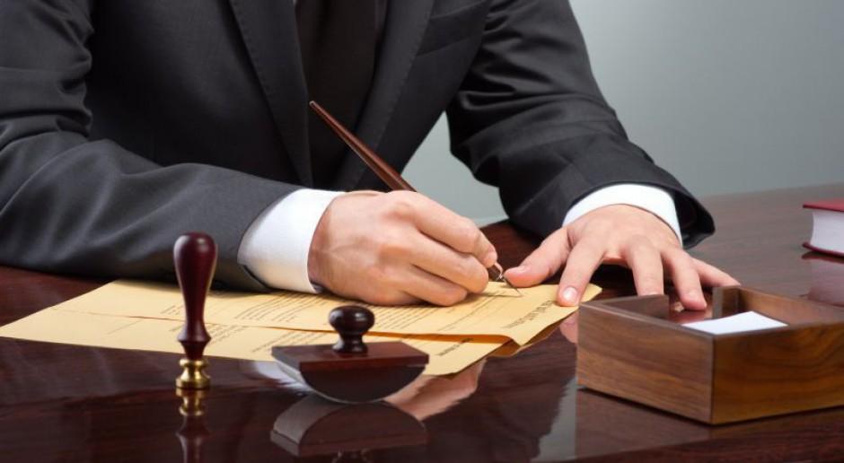 Przez deregulację zawodów spadły stawki usług adwokatów i radców