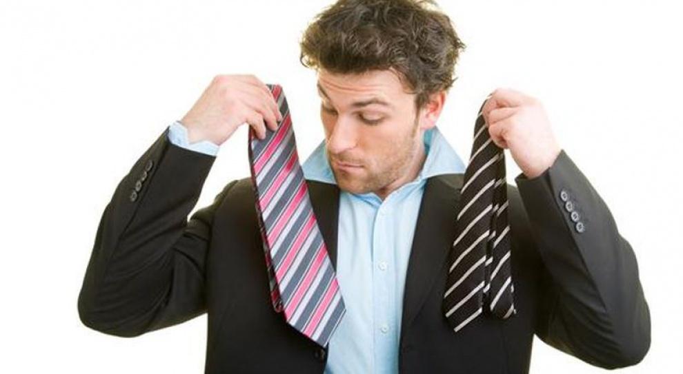 Biznesmeni z dyplomami szkół... stylu