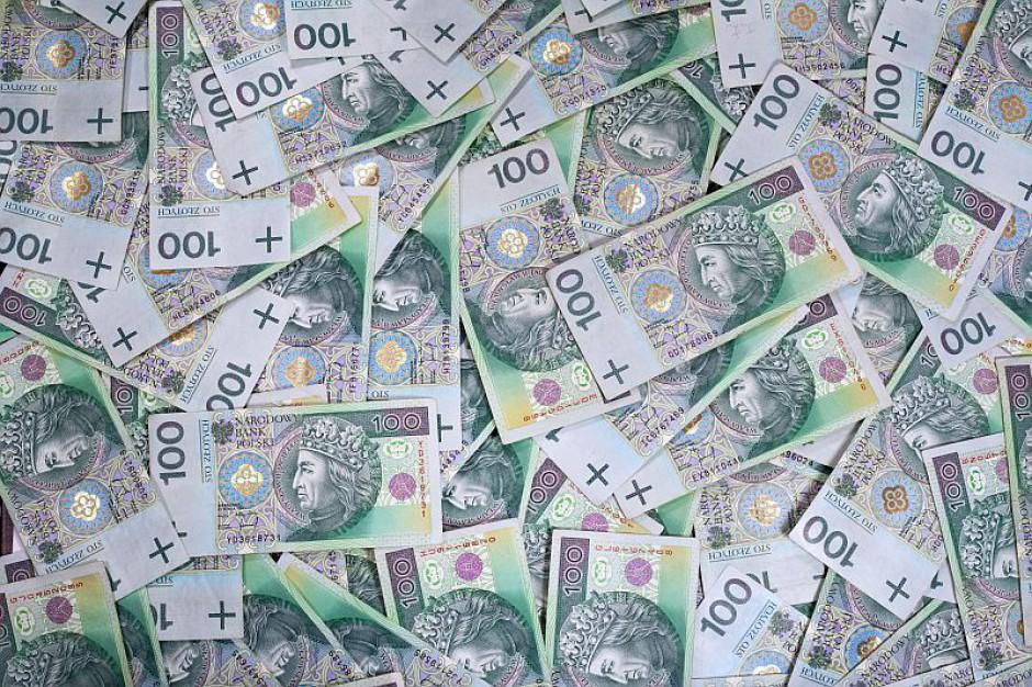 Polacy zarabiają więcej, składek w ZUS-ie ubywa, a dziura emerytalna rośnie