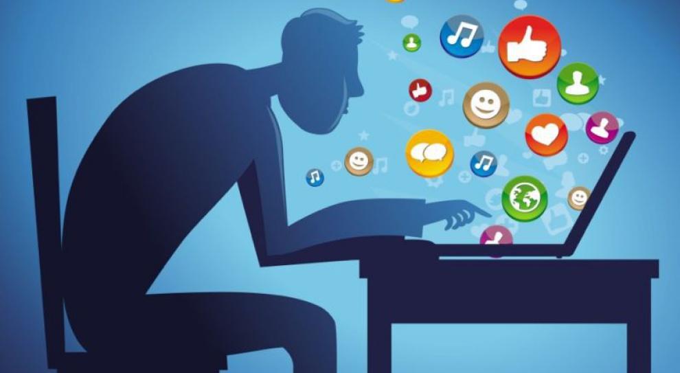 Kto najczęściej przesiaduje na Facebooku w trakcie pracy i dlaczego?