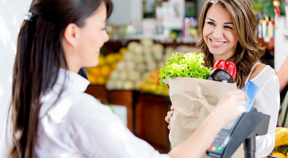 Właściciele sklepów obchodzą zakaz handlu umowami śmieciowymi