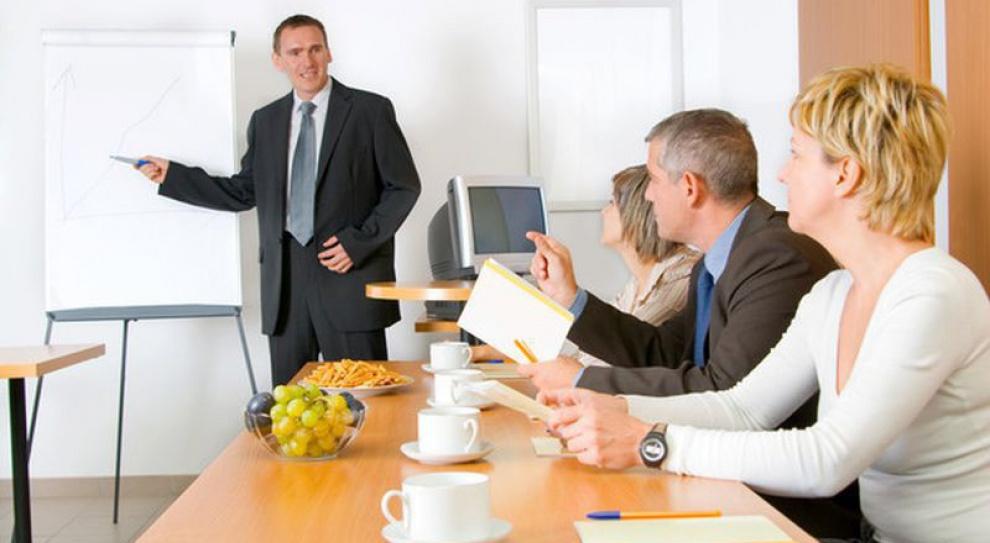 Ile zarabia specjalista ds.szkoleń irozwoju, ailejego kierownik?