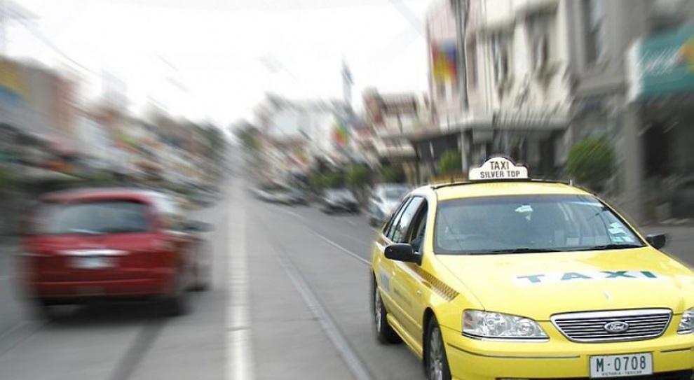 Zaatakowany przez klienta taksówkarz wyleciał z pracy