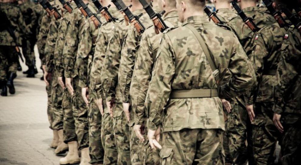 Zatrzymać żołnierza na służbie: MON zwiększa dodatki do uposażeń