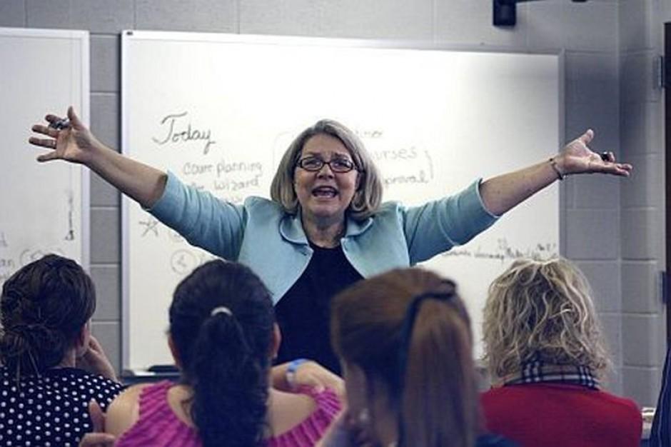 Praca nauczyciela: Pensje powyżej średniej, dodatki i imponujące urlopy