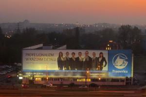 Pracownicy na billboardach. Uśmiechają się, bomuszą?