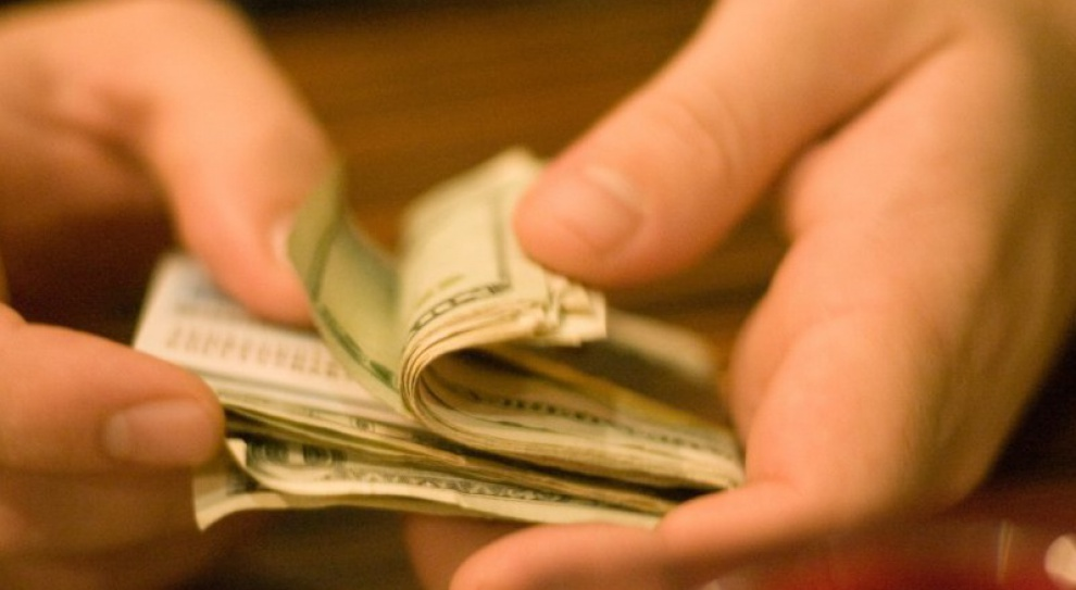 Zarobki Polaków: Najbogatsi mają miliardy, wydają je na luksusy