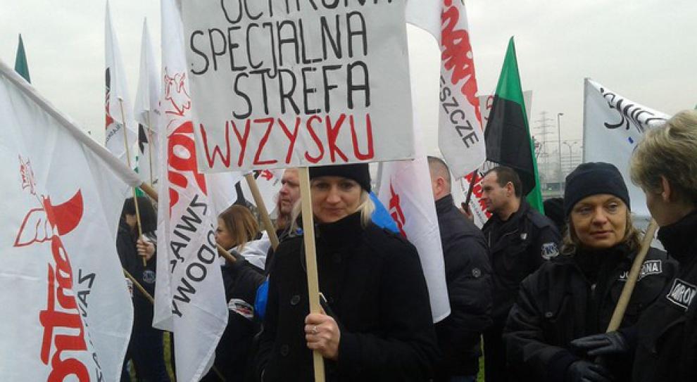 Katowice: Ochroniarze protestują przed siedzibą Taurona. Dlaczego?