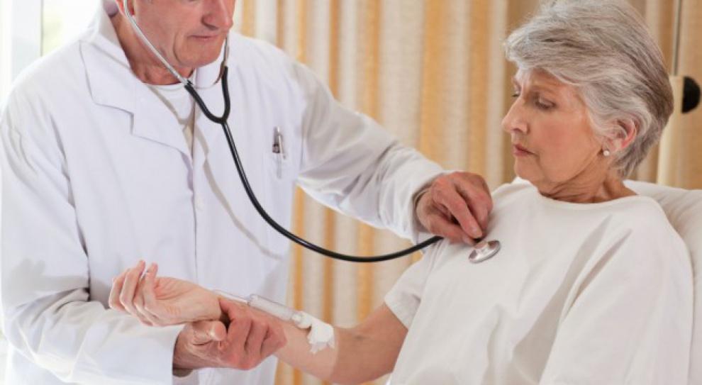 Lekarze seniorzy pracują, bo chcą czy muszą?