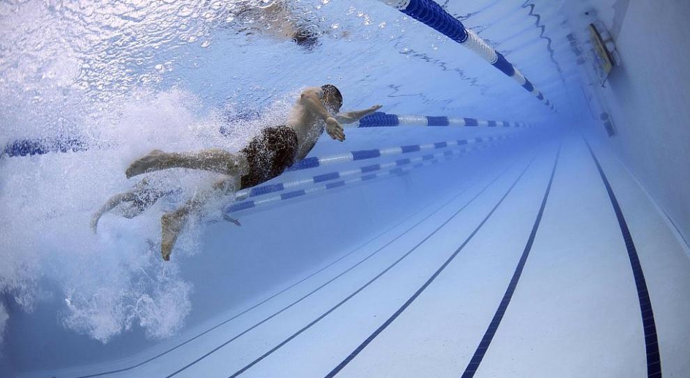 Zarządcy pływalni oszczędzają na ratownikach