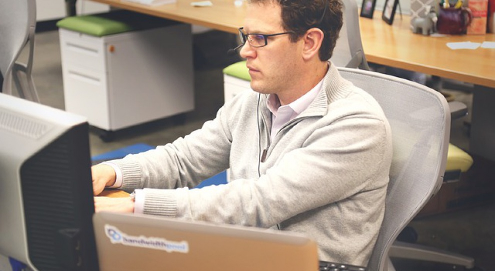 Zarobki w IT: Najsłabiej płacą w woj. świętokrzyskim