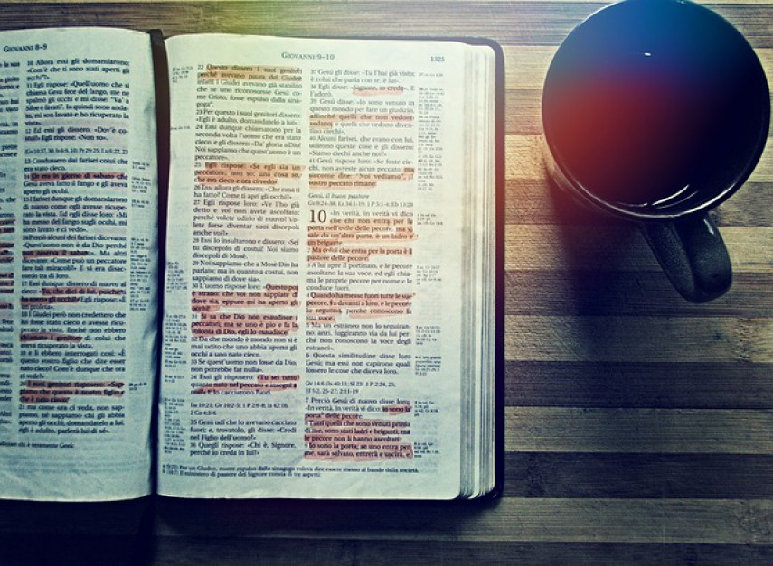 Ateista zbija kokosy na sprzedaży... Biblii