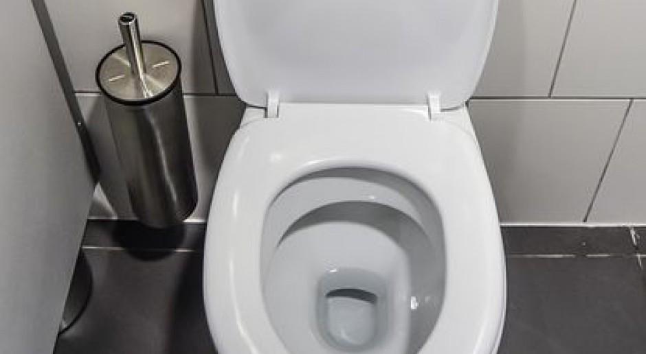 Ukrył kamerkę w skarpecie i... podglądał pracowników w toalecie