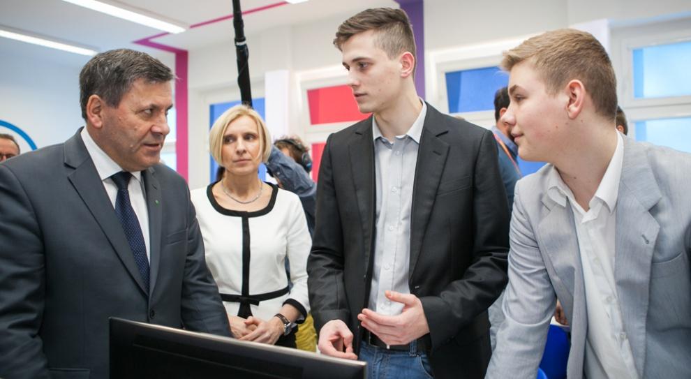 Janusz Piechociński wspiera zawodowców. Odwiedził Samsung Labo