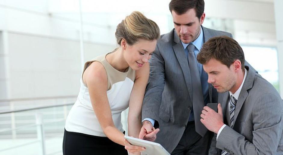Ile zarabia specjalista ds. szkoleń i rozwoju, a ile jego szef?