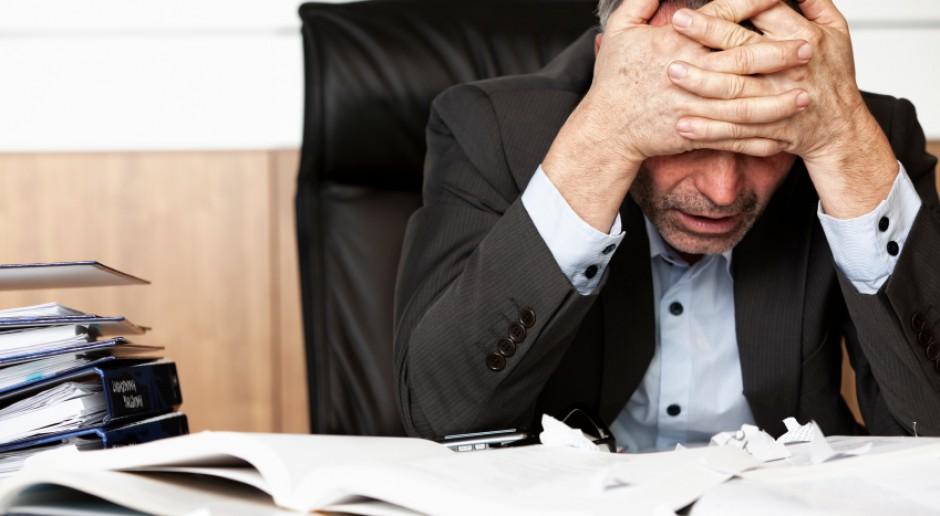 Pracownicy biurowi obawiają się utraty pracy wskutek podjęcia niewłaściwej decyzji