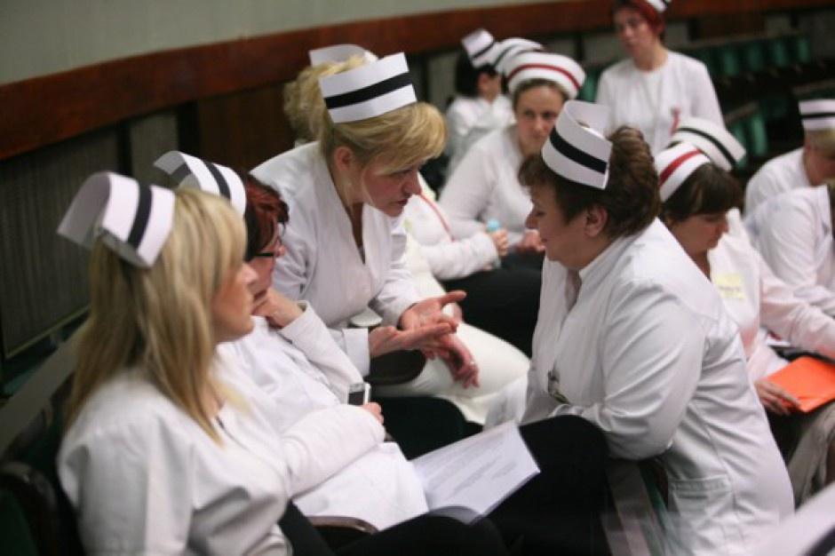 Organy prowadzące szpitale współodpowiadają za pensje pielęgniarek