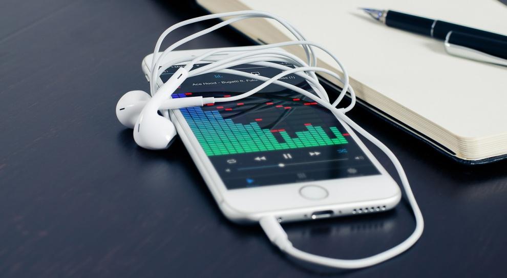 Słuchanie muzyki podczas pracy: pomaga czy szkodzi?