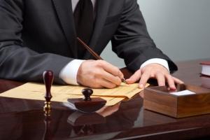 Jak początkujący prawnik może zwiększyć swoje szanse na rynku pracy?