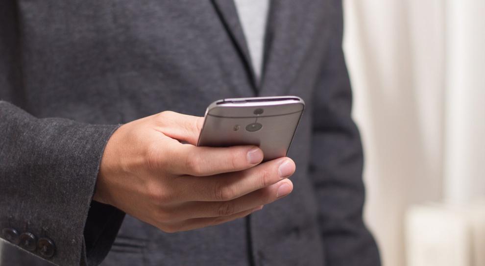 Urzędnicy coraz częściej wysyłają SMS-y do klientów