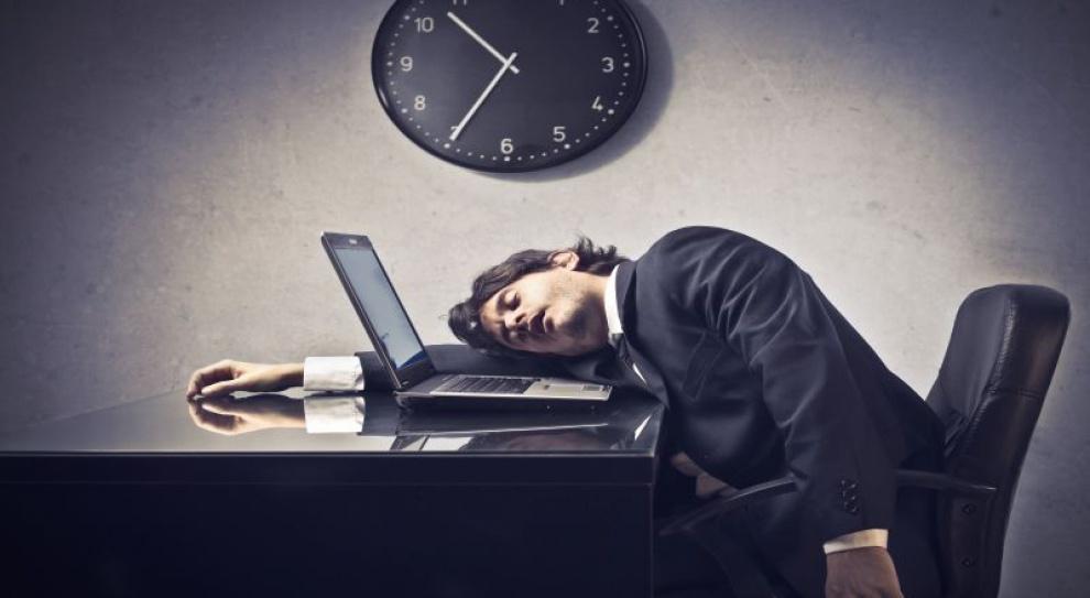 Trzech na dziesięciu Polaków zostaje w pracy po godzinach