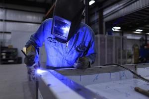 Firmy szkolą pracowników na coraz niższych szczeblach