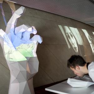 <p>Multimedialna instalacja nawiązywała do temat&oacute;w poruszonych w pierwszym wydaniu magazynu Human. <em>Fot. Piotr Kr&oacute;l</em></p>