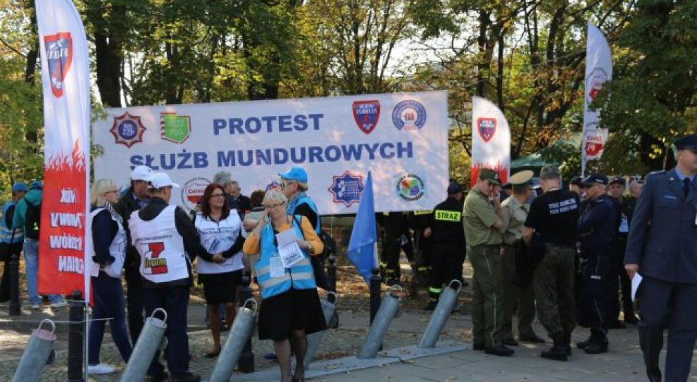 Demonstracja ponad tysiąca mundurowych przed Sejmem. Domagają się podwyżek