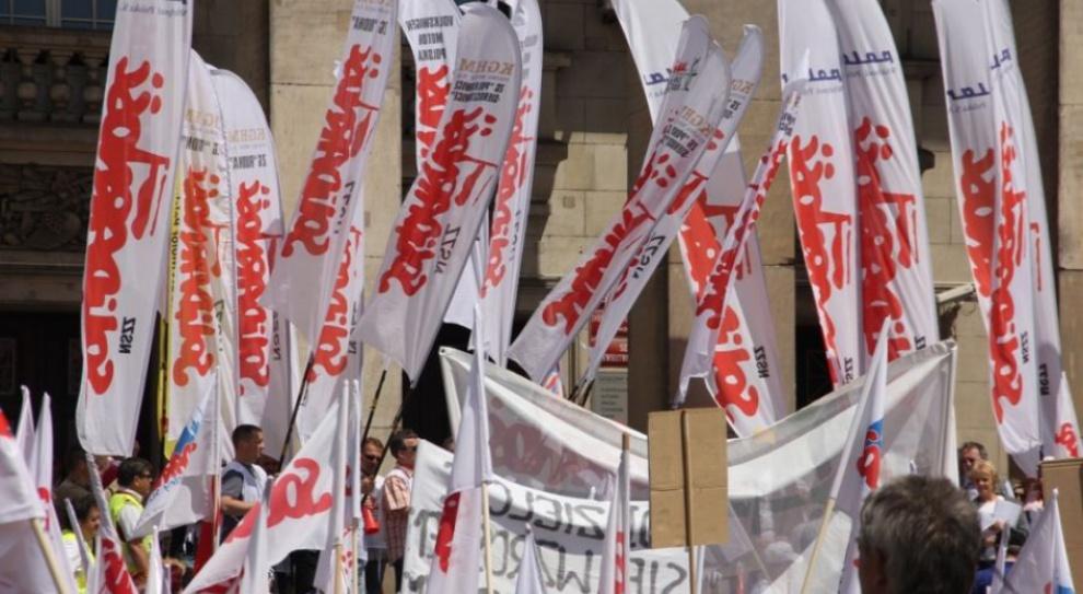 Pikieta pracowników ochrony zdrowia w Warszawie. Żądają równego traktowania