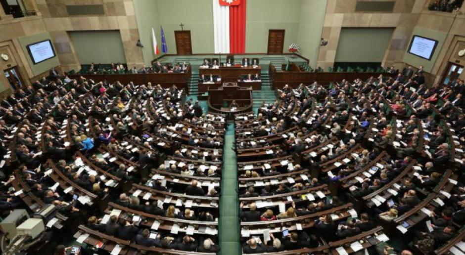 Wybory parlamentarne 2015: Zarobki, przywileje, biura, samochody i podróże posłów i senatorów