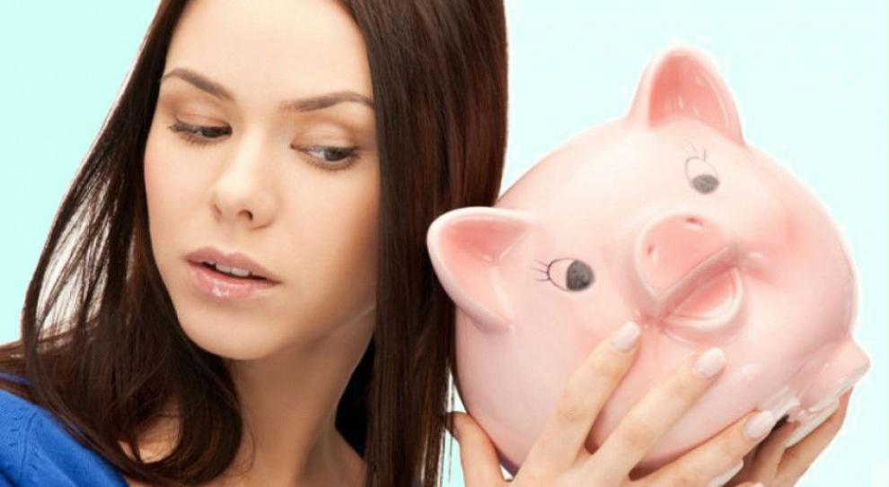 Polacy oszczędzają. Coraz mniej osób żyje z miesiąca na miesiąc