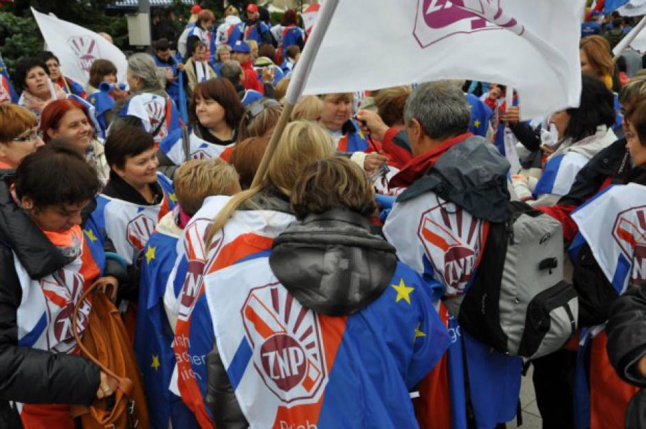 Protest nauczycieli z Poręby. Żądają wypłaty zaległych pensji