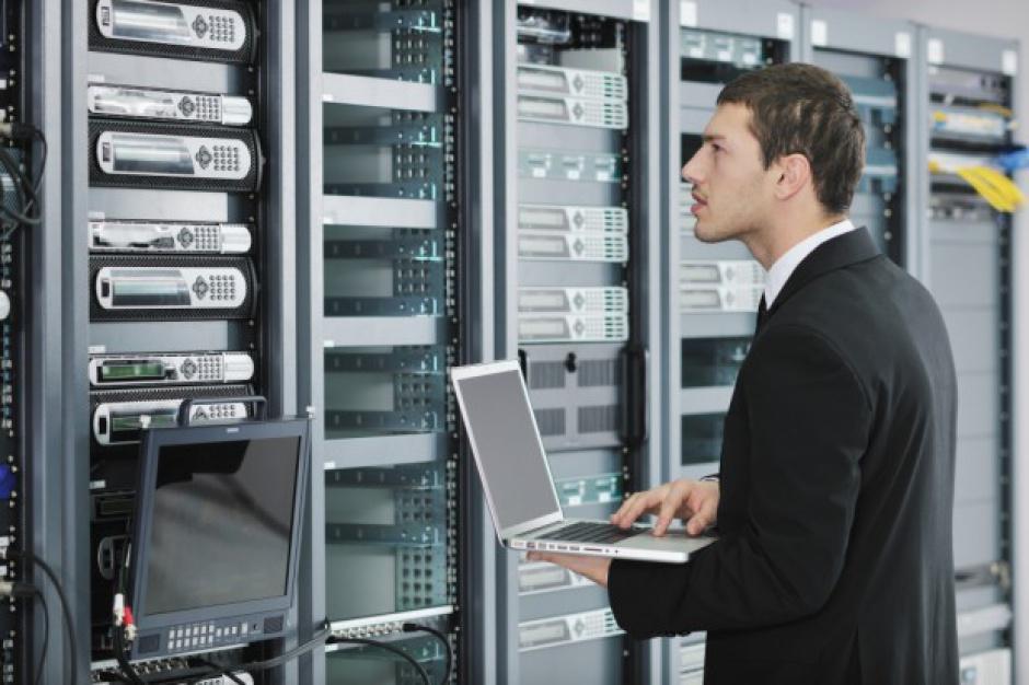 Praca i zarobki w IT: Administrowanie systemami, bazami danych i aplikacjami dobrze płatne?