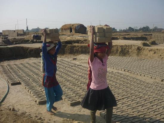 Dziewczyny pracujące w fabryce cegieł w Nepalu. /Fot. Wikimedia, Krish Dulal, CC3.0