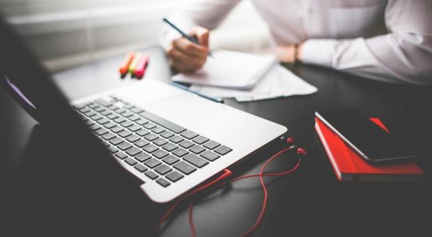 Jak napisać CV? Pomóc może język korzyści