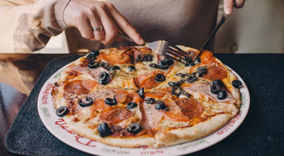 Ile zarabia dostawca pizzy? Jak pracuje i rekrutuje branża w Polsce?