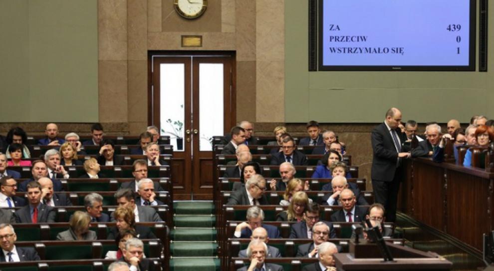 Dowiat-Urbański: Zakaz przynależności do partii w służbie cywilnej nadal obowiązuje