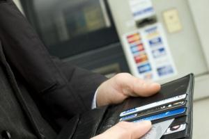 Polacy przekonują się do kart płatniczych