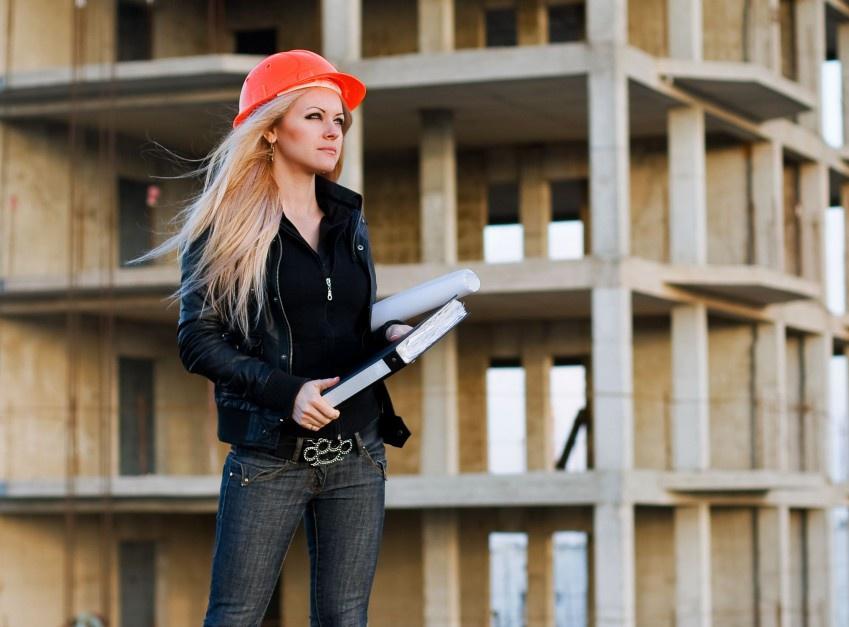 Kobiety w branży budowlanej i nieruchomościach: Jak sobie radzą?