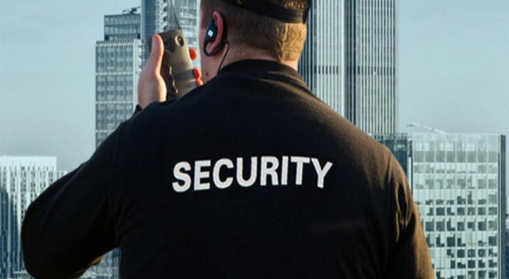 Praca ochroniarza: Marne zarobki i umowa śmieciowa. Firmy biorą przykład z urzędów