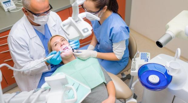 Asystentka stomatologiczna, praca: Znów będzie się można kształcić w zawodzie?